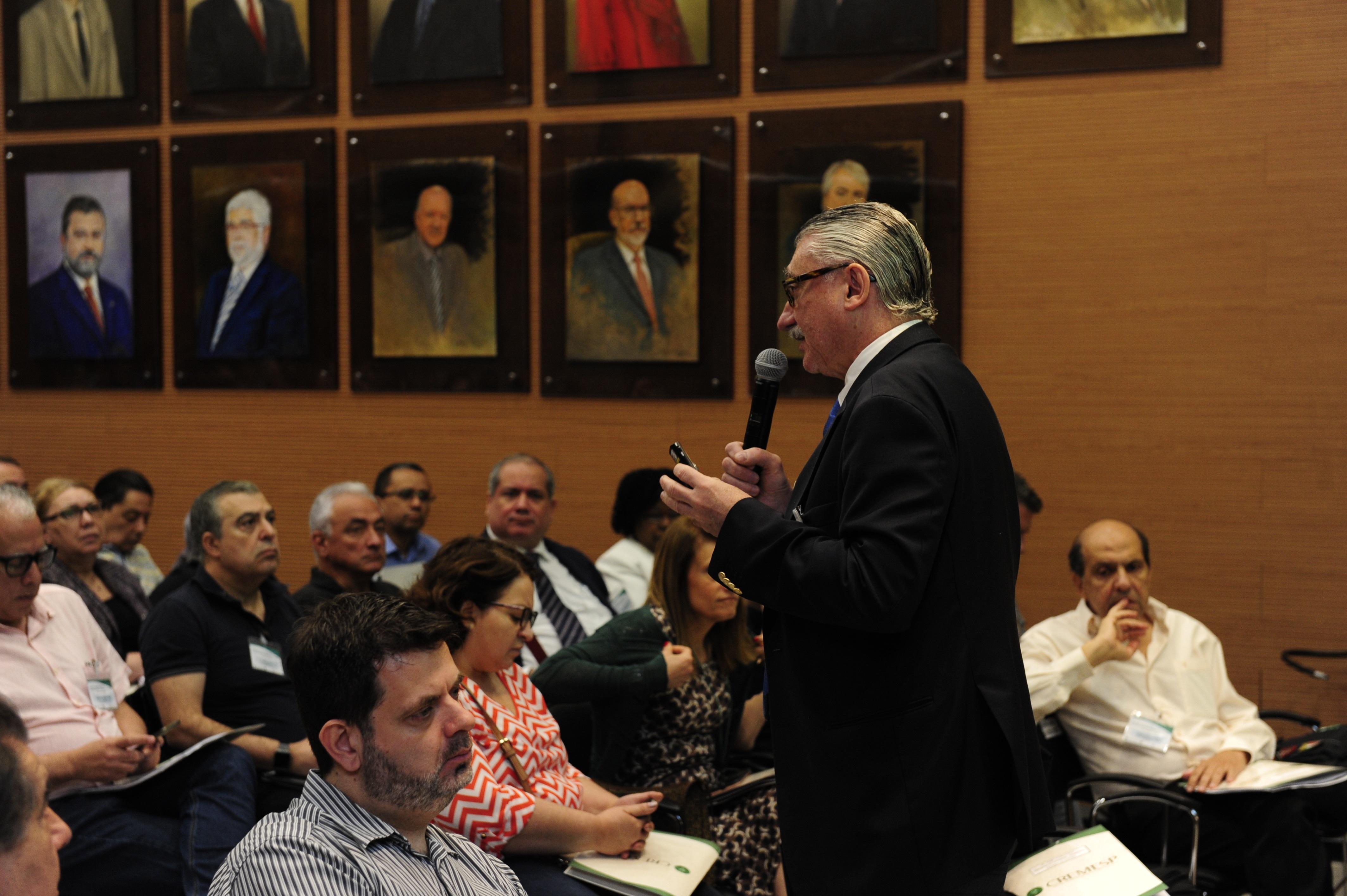 Angelo Vattimo fala aos presentes sobre Sindicâncias